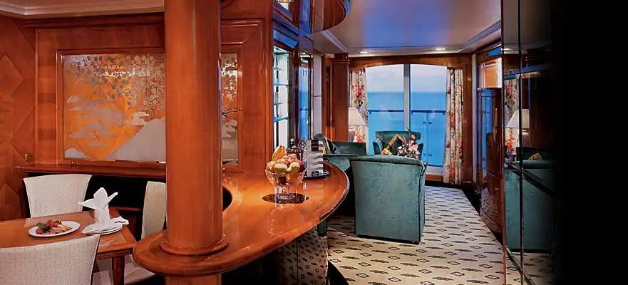 "Сьют с балконом ""Aft-Facing Owner's Suite with Large Balcony"""